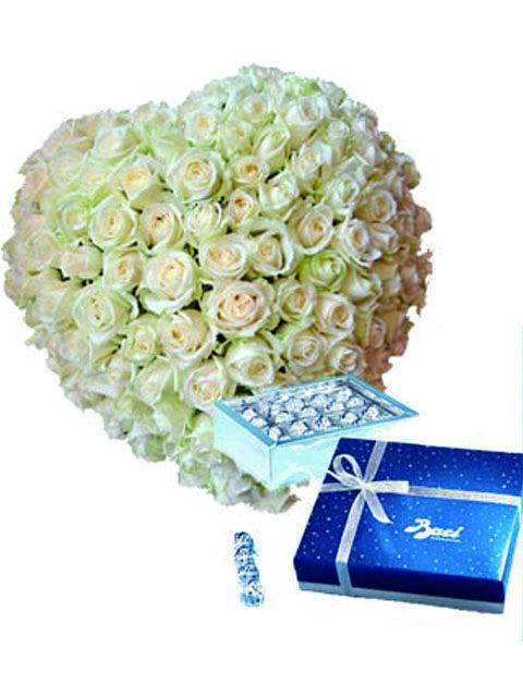Cuore 100 rose bianche con baci perugina